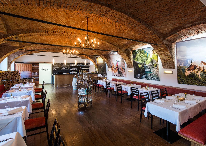 Restaurant, Tische, Stühle, gedeckt, Ziegelgewölbe