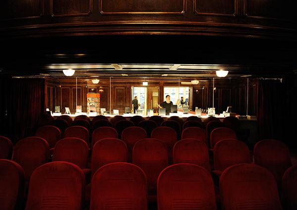 Blick vom großen Saal ins Foyer