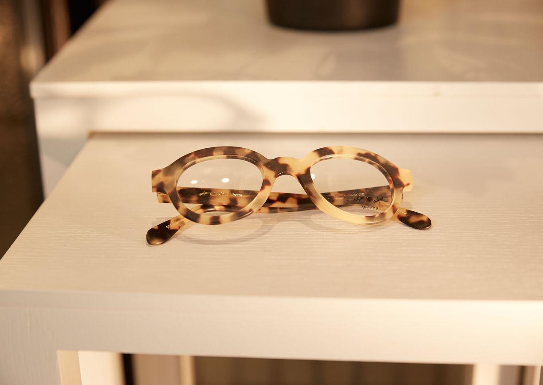 Brille auf Tisch