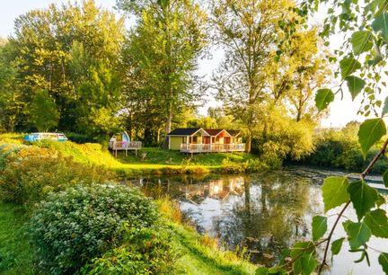 Camping Au an der Donau Natur Hotel Oberoesterreich Aussenansicht Huette Teich