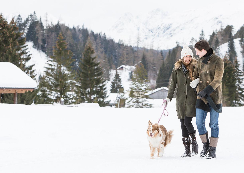 Chalet Resort LaPosch Tirol Winter Hideaway Paar Hund
