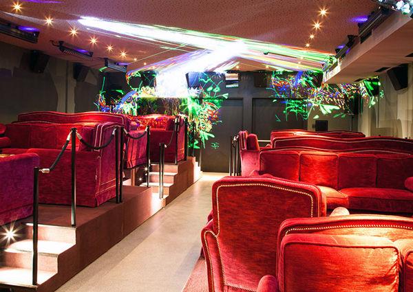 """Das """"Lounge-Kino"""" wird mit Lichtkunst bespielt."""