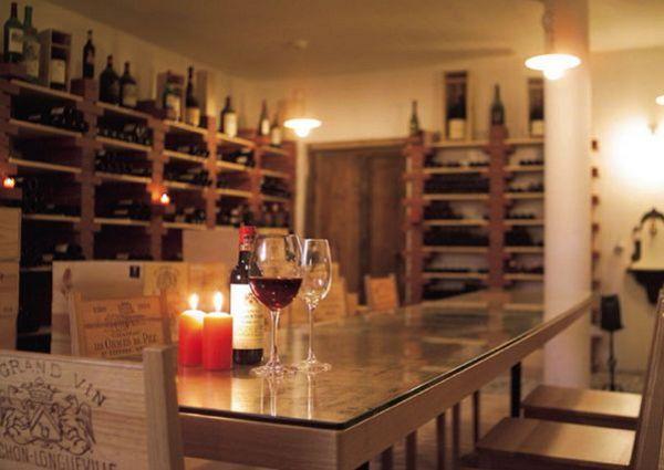 Der Weinkeller des Hotels ist bekannt für seine ausgewählten Tropfen.
