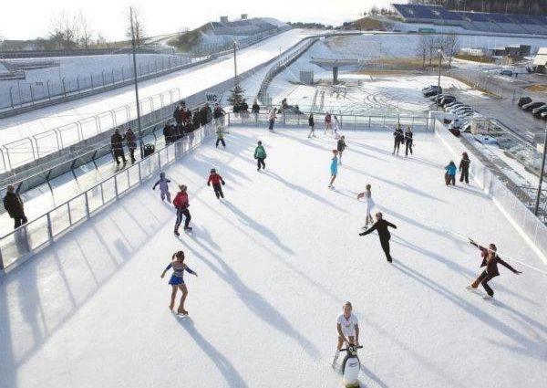 Eislaufen am Dach des Fahrerlagers