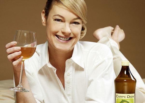 Elke Winkens trinkt vor der Premiere Carpe Diem Kombucha, danach ein Gläschen Champagner.