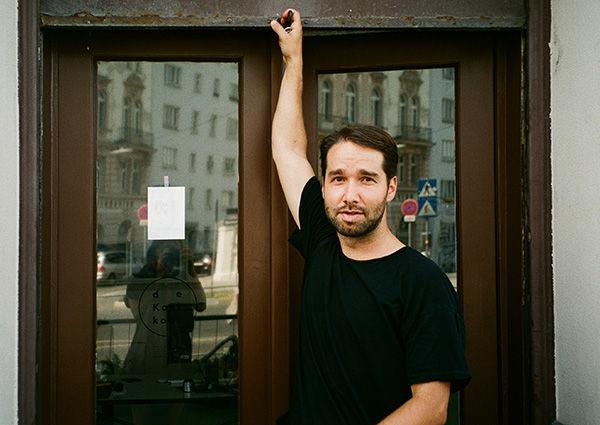 Fotograf Daniel Gebhart de Koekkoek vor seinem Atelier