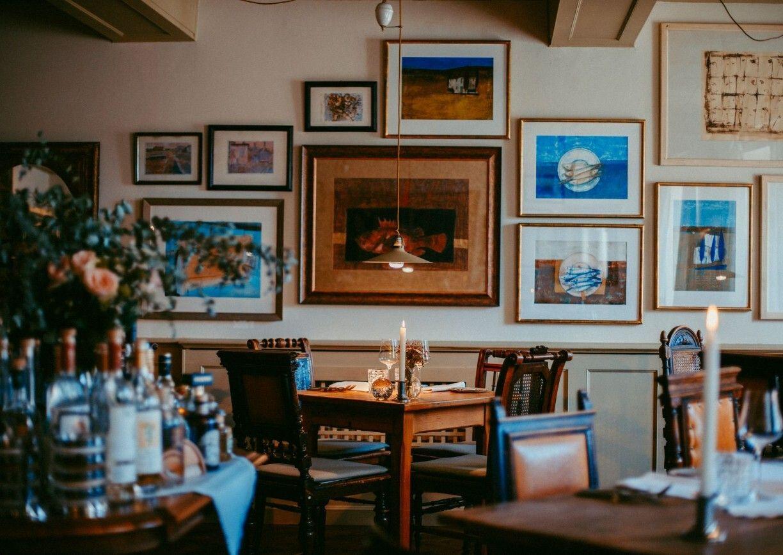 Gasthof Rahofer Kronstorf Oberoesterreich Restaurant Innenansicht Stube Kunst