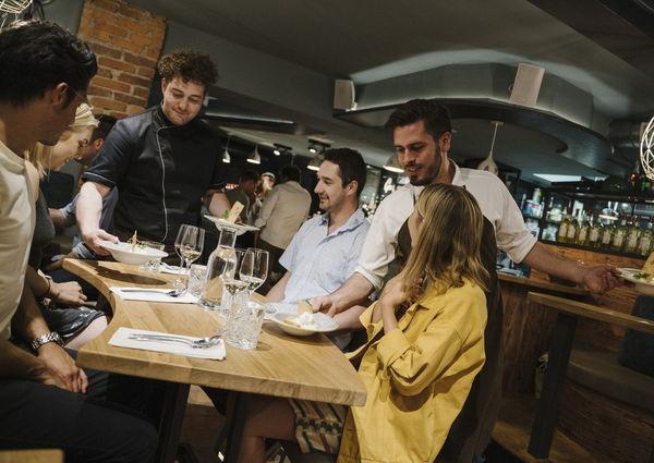 Gusthaus Restaurant Gruppe am Tisch