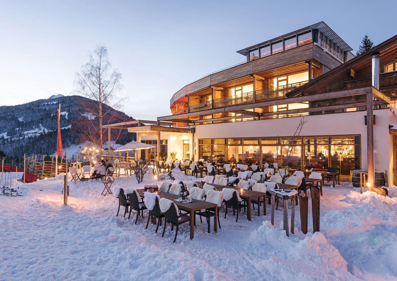Holzhotel Forsthofalm Leogang Salzburger Land Winter Ski Aussenansicht Dinner