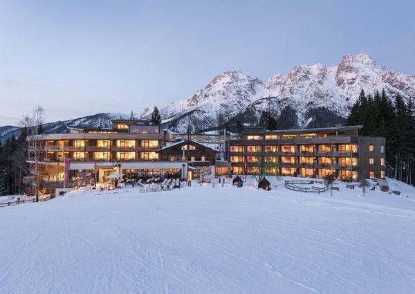 Holzhotel Forsthofalm Leogang Salzburger Land Winter Ski Aussenansicht Nacht