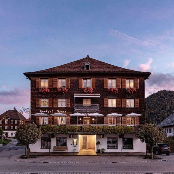 Hotel Gasthof Krone Hittisau Vorarlberg Bregenzerwald Aussenansicht Haus