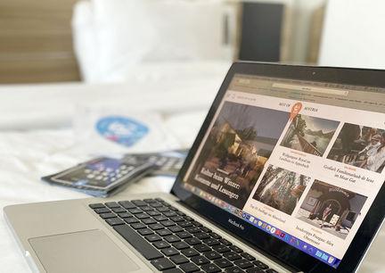Hoteloffice im Zimmer - mit Laptop im Bett