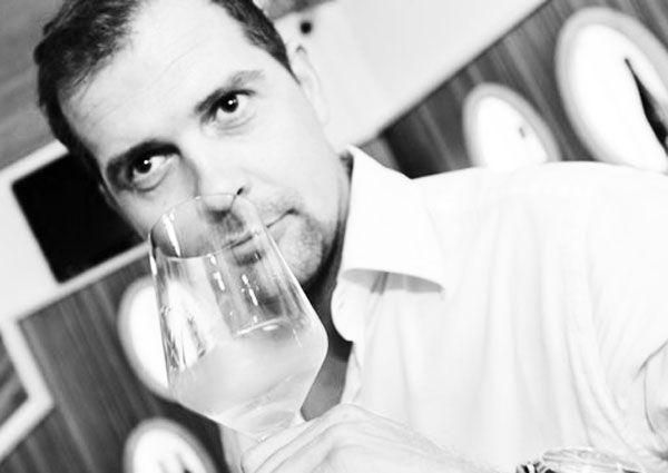 Johannes Rangl mit einem Weinglas