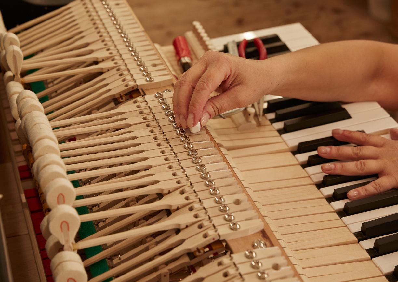 Klavier, Innen, Hammer, Tastatur, Hände arbeiten an Klavierbau