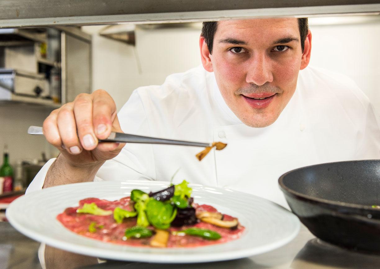 Koch, Teller, Gericht anrichten, Küche