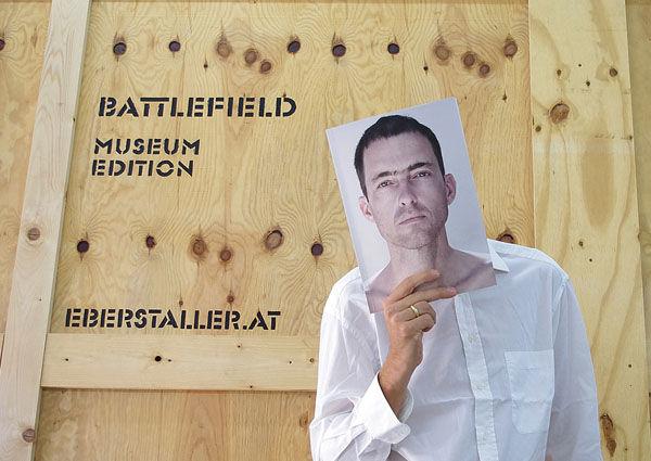 Nikolaus Eberstaller vor einer mannshohen Transportkiste aus Holz.