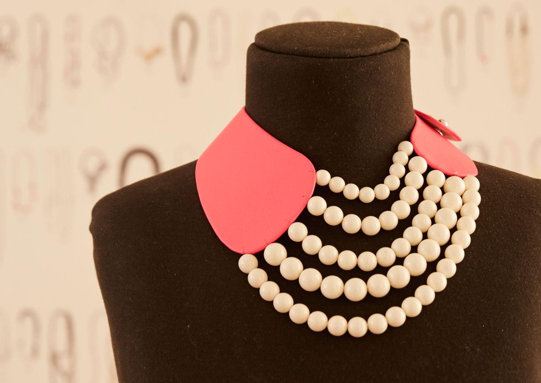 Perlenkette mehrreihig mit rosa Leder auf Schneiderpuppe
