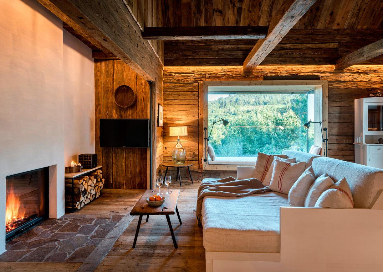 Pures Leben Stadl Wuggitz Ferien Haus Altenbach Oberhaag Südsteiermark Innenansicht Couch Kamin Fenster