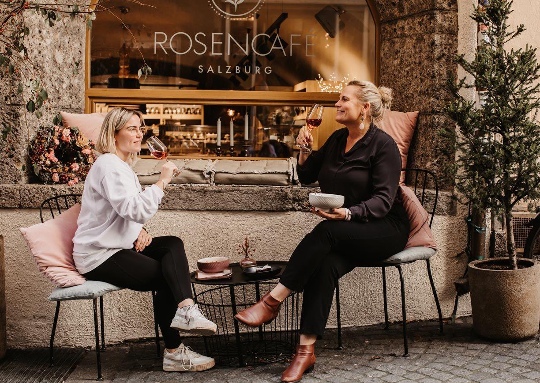 Rosencafe mit Schanigarten vorm Hotel Stein in Salzburg