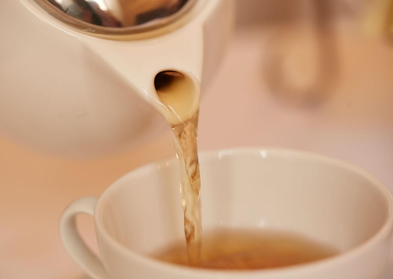Teekanne, Tee eingießen, Teetasse, weiß