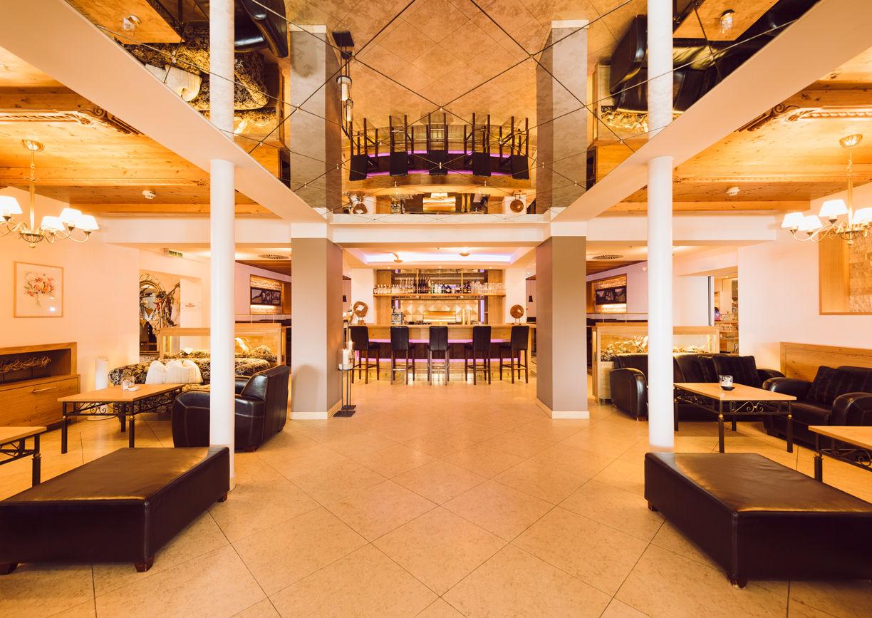 Uebergossene Alm Hotel Dienten am Hochkoenig Salzburger Land Innenansicht Bar Lobby