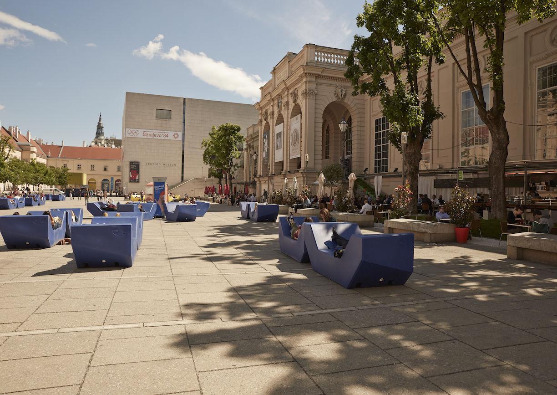 Urbaner Raum, öffentlicher Platz, historische Gebäude, Sitzgelegenheiten