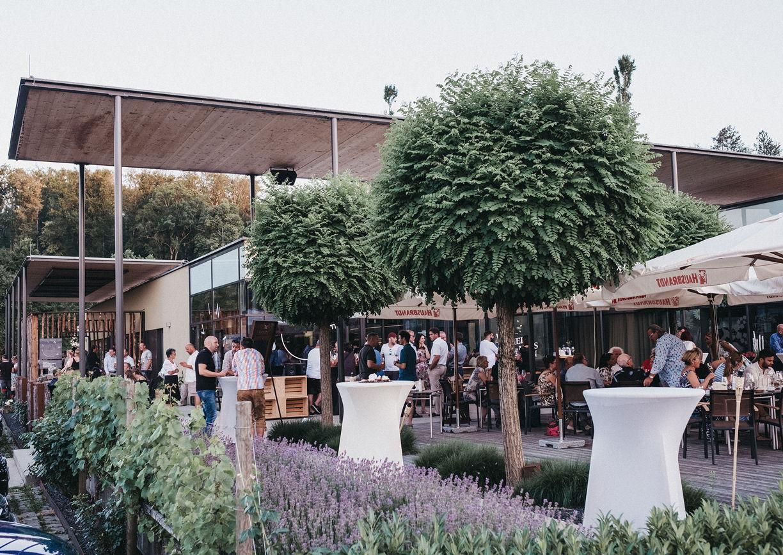 Vinea Restaurant Weinbar Vinothek Ehrenhausen Steiermark Terrasse Aussenansicht