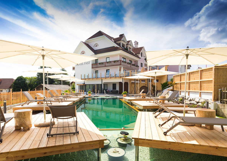 Wellness Hotel Fast Wenigzell Steiermark Aussenansicht Garten Pool Natur
