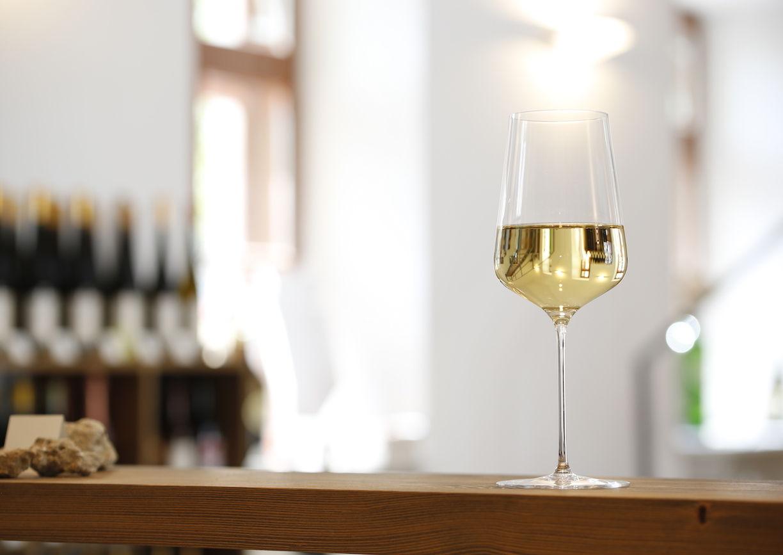 Wien, Wein, Weinglas auf Tisch