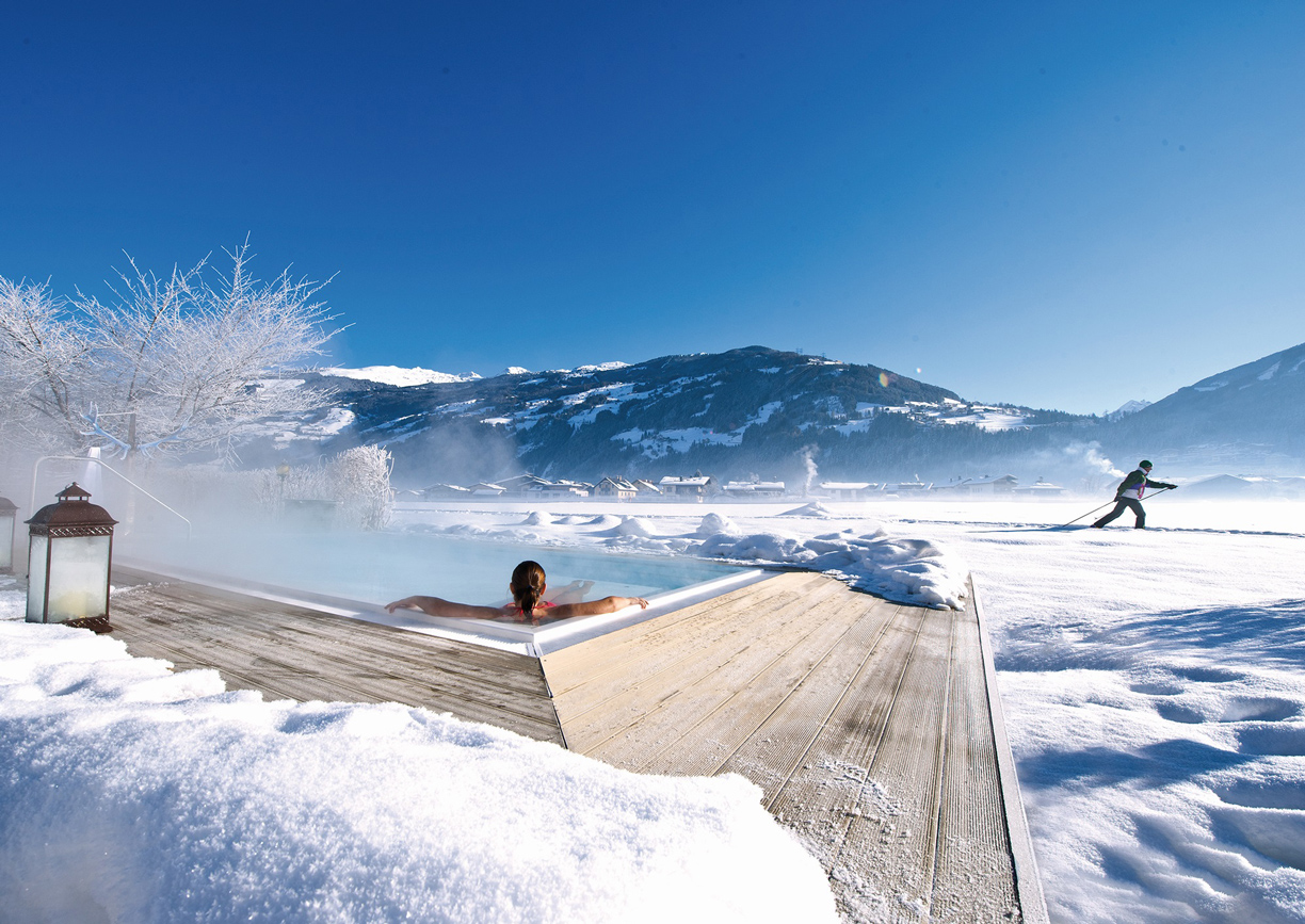 Hotel Theresa Wellness Zell am Ziller Zillertal Tirol Winter Schnee Pool