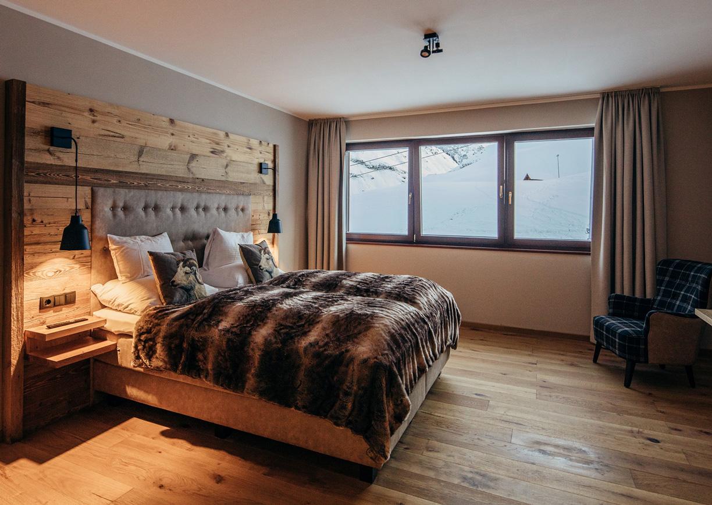 Pure Resort Warth Hotel Vorarlberg Arlberg Apartment Innenansicht Bett Aussicht Skipiste