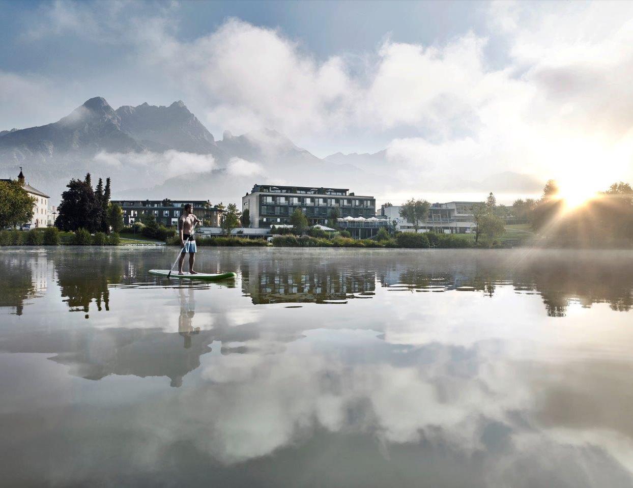 Am See vor dem Hotel Ritzenhof Saalfelden